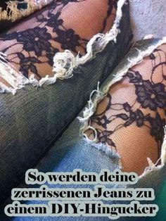 Destroyed Jeans mit Rissen an den Knien sind gerade totaler Trend.