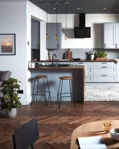 A warm kitchen, open to the living room. Warm Kitchen, Open Kitchen, Küchen Design, Interior Design, Creative Home, Countertops, Sweet Home, Room Decor, Decor Diy