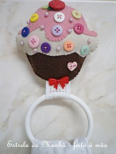 {porta pano de prato} by Estrela da Manhã - Feito à mão, via Flickr Craft Stick Crafts, Felt Crafts, Diy And Crafts, Felt Fabric, Fabric Art, Felt Keychain, Felt Decorations, Fabric Houses, My Scrapbook