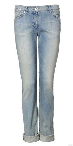 23. более прямые, классические джинсы, разных цветов.
