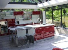 Une cuisine dans une véranda moderne.