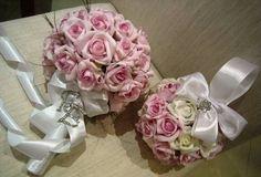 Lindo bouquet em rosas em e.v.a. bouquet contém 42 rosas na cor lilás com iniciais dos noivos em STRASS, + cristais de SWAROVISK nos laços e nas 2 rosas da frete, acompanha bola de flores porta alianças com broche de STRASS, bouquet envolto de fita de cetim branco!  As rosas em e.v.a.possui textura,aparência e toque de uma rosa natural.  Podem ser vendidos separadamente  É um bouquet eterno de uma recordação infinita!