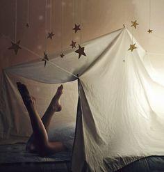 tente cabane en couette et étoiles suspendues