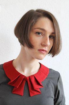 Bubi Kragen in rot mit Falten Knopf Red collar whit by espendru Neckline Designs, Dress Neck Designs, Kurti Neck Designs, Collar Designs, Blouse Designs, Sewing Clothes, Diy Clothes, Sewing Collars, Vestidos Vintage