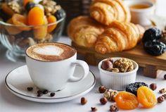 Bánh ngọt thơm và cà phê ấm