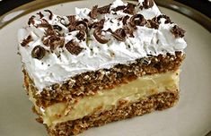 Zutaten Für den Teig: 80 g Zucker 100 g Nüsse, gemahlen 100 g Butterkekse oder Löffelbiskuits, zerbröselt 5 . Easy Cake Recipes, Sweet Recipes, Cookie Recipes, Dessert Recipes, Nut Recipes, Hungarian Desserts, Hungarian Recipes, Walnut Cake, Sweets Cake