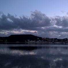 Reflejos del cielo sobre el mar al amanecer en Menorca #Amanecer #Menorca #sunrise