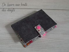 Portefeuille Compère en simili anthracite et coton fleuri cousu par Laure - Patron Sacôtin