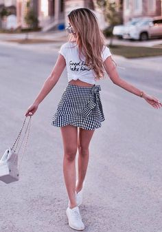 Awesome Basic Outfits To Copy Right Now – Street Style Rocks Awesome Basic Outfits To Copy Right Now casual+outfit+inspiration+/+printed+top+++skirt+++bag+++sneakers Hot Summer Outfits, Best Casual Outfits, Basic Outfits, Casual Summer Outfits, Skirt Outfits, Spring Outfits, Cute Outfits, Outfit Summer, Girly Outfits