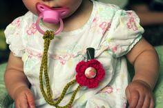 DIY baby binky clip on crochet flower pattern Crochet Diy, Learn To Crochet, Crochet Crafts, Crochet Projects, Quick Crochet, Crochet Pacifier Holder, Crochet Patron, Diy Bebe, Baby Crafts