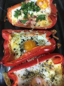 Fácil y original es esta receta de pimientos rellenos. La mezcla de queso y huevo seguro que te va a encantar.