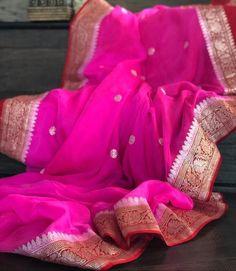 Exclusive Handloom Banarasi Chiffon Khaddi Kariyal Saree – FashionVibes Silk Saree Kanchipuram, Chanderi Silk Saree, Indian Silk Sarees, Organza Saree, Indian Beauty Saree, Chanderi Suits, Chikankari Suits, Chiffon Saree Party Wear, Bridal Silk Saree