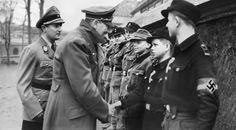 Фото: Адольф Гитлер награждает мальчиков из Гитлерюгенд [5]