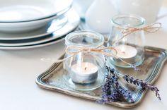 reciclar e usar potes de geleia, azeitonas e papinha de bebê como porta-velas, que podem enfeitar a mesa do almoço. Louças verdes e laranjas também podem dar um toque especial e complementar a ideia.