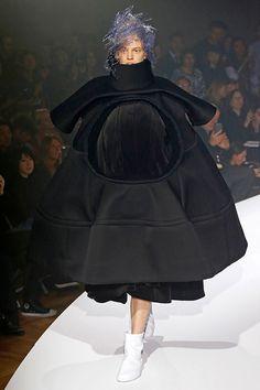 Roupas supervolumosas, oversized e de construção intrincada são apresentadas ao som de Henry Górecki na passarela de primavera-verão 2017 da Comme des Garçons na Semana de Moda de Paris.