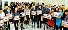 국제위러브유운동본부(장길자회장) 장길자회장과 일부 회원들은 영등포구의 일부 다문화가정을 방문하여 김치와 쌀, 반찬과 생필품을 선물했습니다.