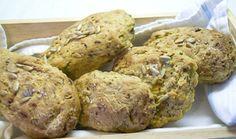 Vegane Zucchini-Brötchen. Knusprige Brötchen mit Zucchini, Kräutern und Sonnenblumenkernen.