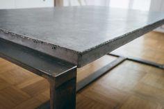 Ja, richtig und zwar mit 'ner schönen Unterkonstruktion aus Flachstahl. Ich hatte kurz mal überschlagen, was der Tisch wiegen würde, wenn er fertig ist, alleine der Beton knapp 43 Kilo, der F…