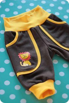Det kan ikke rigtig betale sig at sy babytøj, men det er nu meget hyggeligt.  Her er et mønster på nogle enkle babybukser, som kan sys i lige præcis den type stof du bedst kan lide dine babybukser i.