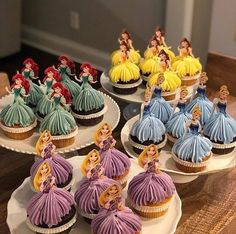 "Inspira Cupcakes partilhou uma foto no Instagram: ""Princesas 👸💖 By @rozhe.cake"" • Vê 686 fotos e vídeos no seu perfil. Princess Wedding Cakes, Disney Princess Cupcakes, Princess Cupcake Toppers, Disney Princess Birthday, Princess Cakes, Princess Sophia, Princess Party, Mothers Day Breakfast, Mothers Day Cake"