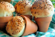 Flower Pot bread loaves or bread rolls - They are so easy to make especially if you start your dough off in a bread machine. My dad used to make jalapeno cheese bread in flower pots. Buffet Tapas, Bread Maker Machine, Brunch, Rustic Flowers, Bread Rolls, Rye Bread, Rolls Recipe, How To Make Bread, Clay Pots