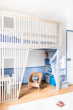 Quel enfant ne rêve pas de dormir dans une cabane ! C'est la chance qu'a le petit Marius depuis que l'agence Maéma Architectes a installé un lit-cabane en mezzanine dans sa chambre.