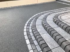 Daltex Resin Bound Aggregate paving is the most widely used in the industry due to its quality and consistency. Block Paving Driveway, Resin Driveway, Resin Patio, Front Garden Ideas Driveway, Modern Driveway, Driveway Landscaping, Resin Bound Driveways, Tarmac Driveways, Patio Edging