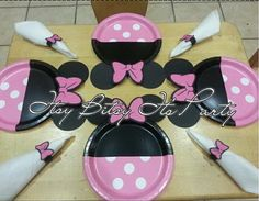 A fantastic way to refresh your party supply. These girly Minnie Mouse Polka dot plates will be a hit on your party with all girls and Mommies! Just add them on tables and your setting look will change inmediately! Minnie Mouse Party, Mickey Mouse Cake, Minnie Birthday, 2nd Birthday, Walt Disney Company, Lollipop Centerpiece, Mickey Silhouette, Party Favor Bags, Baby Shower Decorations