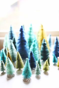 How to make new bottle brush trees look vintage - Instructions Noel Christmas, All Things Christmas, Winter Christmas, Peacock Christmas, Christmas Wedding, Unique Christmas Decorations, Modern Christmas Decor, Holiday Decorating, Desk Decorations