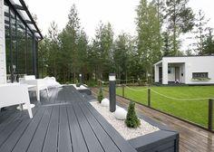 * Lisää Seinäjoen Asuntomessutunnelmia, otetaan nyt ilo irti kun kauniita koteja riittää ihmeteltäväksi. Aikaisemmin olen esitellut teille Kotolan ja Talo Koskelan, nyt on vuorossa edelleen puutalo, mutta tunnelmaltaan hyvin erilainen … Back Gardens, Small Gardens, Outdoor Gardens, Landscaping Retaining Walls, Home Landscaping, Backyard Retreat, Backyard Patio, Building A Floating Deck, Patio Makeover