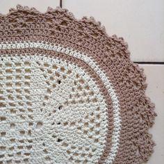 Passadeira de crochê confeccionado com barbante número 6.    Medida : 115 x 38