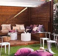 Una casa reformada para ganar amplitud y luz en los interiores. El rincón de estar en el jardín, un encanto.