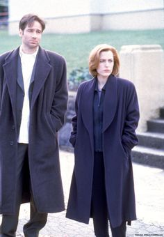 David Duchovny as FBI Special Agent 'Fox Mulder' & Gillian Anderson as 'Dana Scully' in The X Files Fox) The X Files, David Duchovny, Gillian Anderson, David And Gillian, Fbi Special Agent, Project Blue Book, Chris Carter, Dana Scully, Trust No One