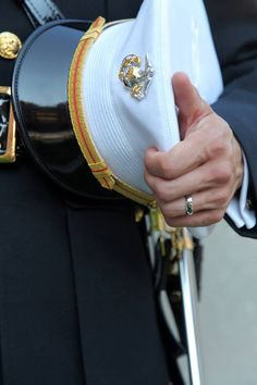 I love marine officer uniforms Marine Officer Uniform, Men In Uniform, Navy Marine, Us Marine Corps, Military Wedding, Military Police, Usmc Dress Blues, Military Motivation, Us Special Forces