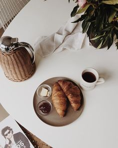 WEBSTA @ patjanssen - There are some things, like the smell of coffee and the taste of fresh croissants that make your #Sunday! ☕️#croissant #fvonf #coffee #goodmorning #love #home #morningslikethese #weekend