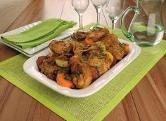 Esta receita de coxa e sobrecoxa assada com legumes é uma excelente pedida para qualquer dia da semana. Veja como fazer, é muito fácil!