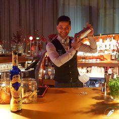 Siempre feliz con la coctelera el genial bartender Joel Khan .    #CopasConEstilo #Bartender #Cocktail #Coctelería #Cóctel #Cócteles #Madrid #CóctelesEnMadrid Bar, Madrid, Coffee Maker, Kitchen Appliances, Happy, Cocktail Shaker, Coffee Maker Machine, Diy Kitchen Appliances, Coffee Percolator