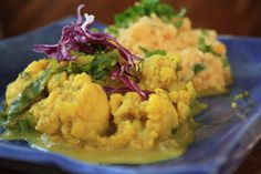Cauliflower & kale curry with yellow split pea mash. Lots of great flavours & textures in this dish. Rice Dishes, Tasty Dishes, Main Dishes, Exotic Food, Green Kitchen, Meatless Monday, Kitchen Recipes, Kale, A Food