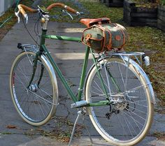 Surly LHT with Nigel Smythe Country Bag in Green Tweed by J. Mark Bertrand, via… Touring Bicycles, Touring Bike, Surly Bike, Bike Cart, Classic Road Bike, Giant Bikes, Mtb, Push Bikes, Bike Style