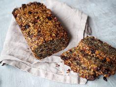 Letat efter ett gott glutenfritt bröd som är enkelt att göra? Testa detta fröbröd med nötter! Denna glutenfria och paleo-vänliga limpa är perfekt att skiva upp och ha i frysen. Det bästa med det är at barnen tycker det är helt ok!