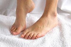 Avec 26 os, 16 articulations, 20 muscles et 107 ligaments, les pieds peuvent être le siège de diverses douleurs. En voici huit qui doivent tout particulièrement attirer votre attention, et leurs causes.