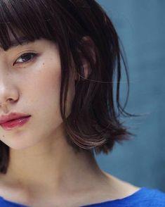 2018年は目力のあるアイメイクが流行するとも言われています。アイラインは目の印象を大きく左右するので、目力を出しつつもナチュラルメイクにも馴染むようなアイメイクを取り入れましょう。 Hair Inspo, Short Hair Styles, Hair Makeup, Hair Beauty, Make Up, Hairstyle, Face, Model, Palette