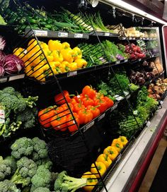 5 Ways to Reduce Waste at the Grocery Store Produce Displays, Fruit Displays, Zero Waste Grocery Store, Fruit And Veg Shop, Veggie Display, Bulk Store, Vegetable Shop, Supermarket Design, Fresco