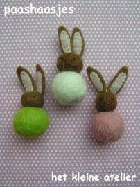 Dit vilt pakket bevat genoeg materiaal voor drie paashaasje in de kleuren wit, groen en roze.  http://www.bijviltenzo.nl/a-16609416/pasen/pakket-ka-paashaasjes-van-het-kleine-atelier/    Bevat viltkralen, niet moeilijk om te maken, wel erg leuk.