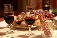 Jeu pour le repas de Noël ou du Nouvel An 2016 / 2017 : Qui suis-je ? - Jeux & Animations de Soirée Officiel - Jeux-2-Soiree© Red Wine, Alcoholic Drinks, Wraps, Alcoholic Beverages, Coats, Red Wines, Rap Music, Alcohol, Body Wraps