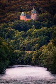 Coch Castelo da passarela, Tongwynlais, Cardiff, País de Gales por ark.perezgomez