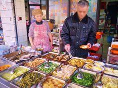 台湾のホテルは、是非素泊まりを予約して朝ごはんは外に食べに出かけましょう!日本と違って早朝から営業している美味しい朝ごはんのお店が沢山あります。一本路地に入ると朝から屋台が賑わっていたりも。今回は迪化街にある、日本人の口にも合う優しい味のお粥のお店「清粥小菜」をご紹介します。