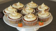 Rezept: http://www.sallys-blog.de Produkte: http://www.sallys-shop.de Diese total leckeren, saftigen Kürbiscupcakes mit feiner Gewürznote stimmen mich so ric...