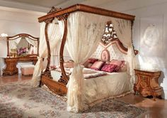 Today four-poster beds return to their former popularity. Baroque Bedroom, Fancy Bedroom, Small Room Bedroom, Home Bedroom, Italian Bedroom Furniture, Dream Furniture, Interior Exterior, Home Interior, Deco Baroque