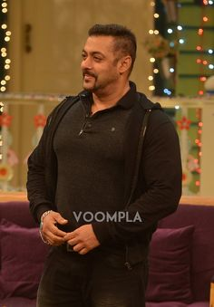 Salman-Anushka appear on Kapil Sharma's show and squash channel controversies Kapil Sharma, Movie Teaser, King Of Hearts, Bollywood Stars, Shahrukh Khan, My Hero, New Look, Men Sweater, Handsome